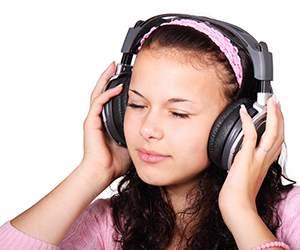 Frau hört Hörbuch bei Audible